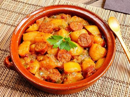 Селска яхния с картофи и варена пушена наденица със замразен грах, лук, чесън, домати и подправки - снимка на рецептата